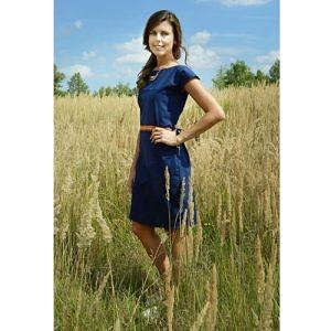 Modelka má modré šaty po kolená s krátkym rukávom a indiánskou aplikáciou v páse