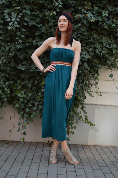 modelka má na sebe modrozelené midi multifunkčné šaty bez ramienok