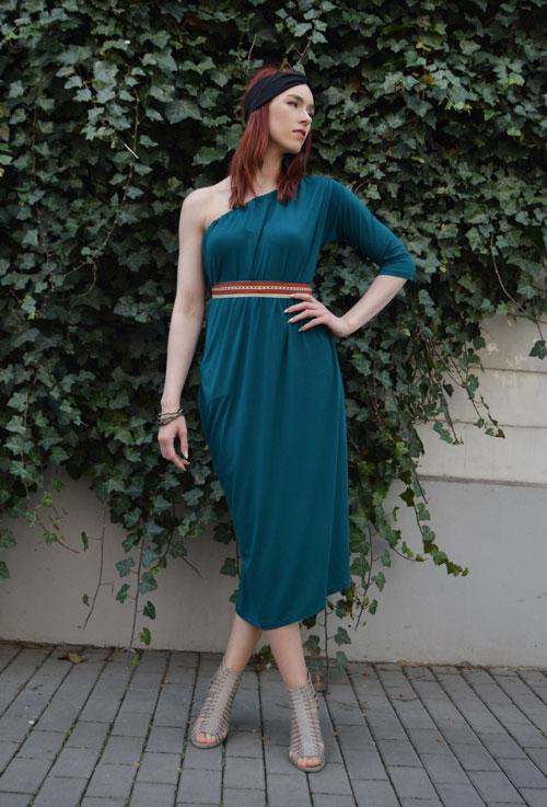 Modelka má oblečené modrozelené multifunkčné midi šaty bez jedného rukáva