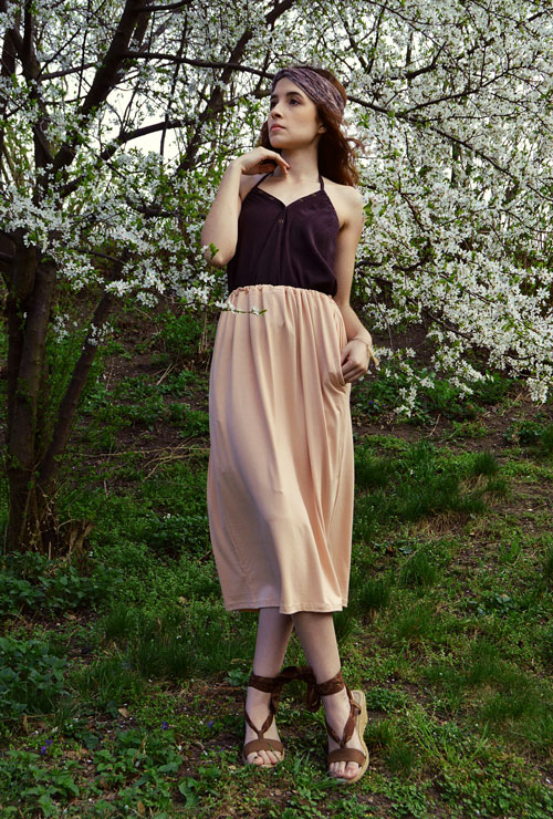 Model is wearing reversible three-quarter pink skirt with pockets