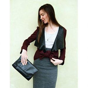 Bordové multifunkční sako, které lze nosit uvázané na mašli a tak rozvázané na klasický hladký způsob