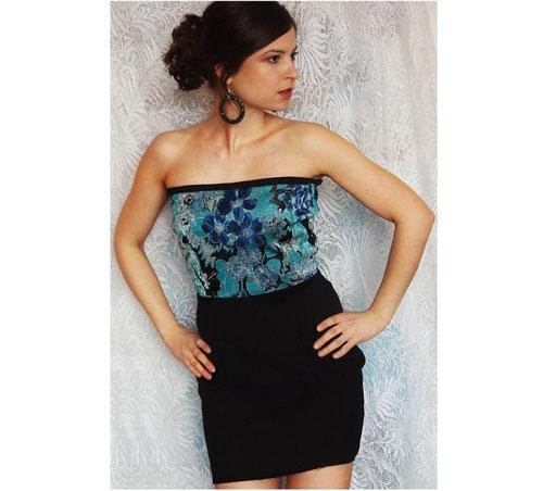 Recyklované šaty bez ramienok s šiernou sukňou a modrou kvetovanou vrchnou časťou