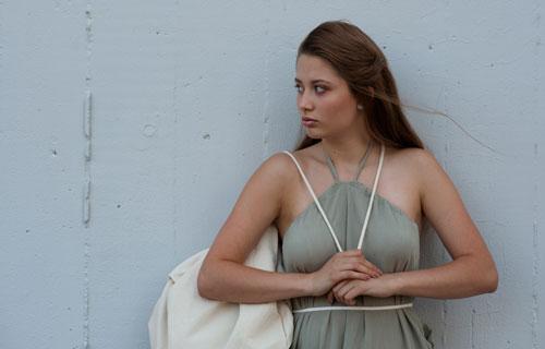 Modelka má na sobě světlozelené multifunkční šaty