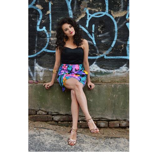 Kráte recyklované šaty bez ramínek s květovanou sukni a černým korzetem