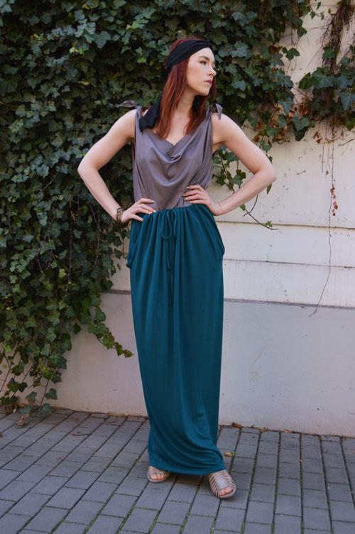 Dlouhá modro zelená sukně, ze které je možné vytvořit šaty s rukávy, šaty s jedním rukávem, šaty bez ramínek, šaty s vázáním kolem krku, šaty s krátkymi rukávy a šaty s odhalenými ramenami.
