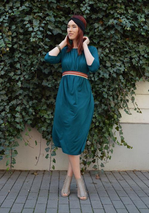 Polodlouhé modro zelené šaty z níž lze udělat šaty s rukávy, šaty s jedním rukávem, šaty bez ramínek, šaty s vázáním kolem krku, šaty s odhalenými rameny , šaty s krátkymi rukávy a taky dlouhou sukni.