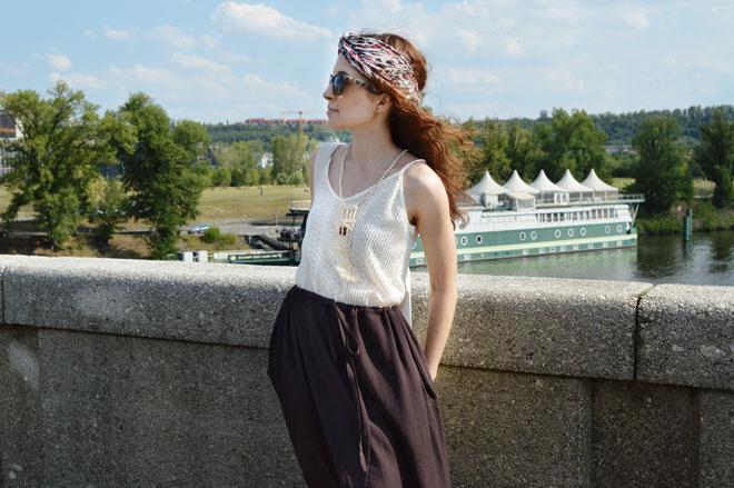 Hnedé variabilná dlhá sukňa, ktorá sa dá obliecť ako šaty s trištvrťovým rukávom, šaty s jedným rukávom, šaty s odhalenými ramenami, šaty bez ramienok a šaty s viazaním za krkom a ešte aj ako dlhá sukňa
