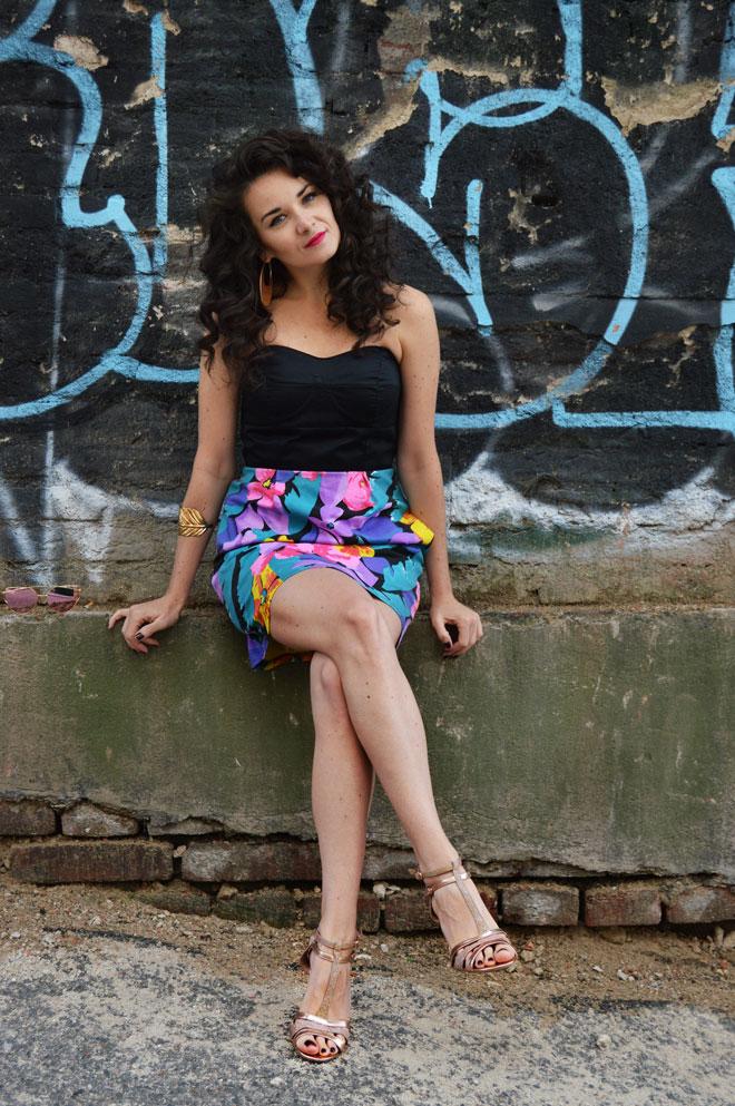 Krátke farebné kvetované šaty s čiernym korzetom bez ramienok