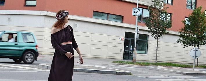 Hnědé variabilní šaty na cestovánní