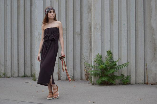 Hnedé variabilné šaty pod kolená, ktoré sa dajú obliecť ako šaty s trištvrťovým rukávom, šaty s jedným rukávom, šaty s odhalenými ramenami, šaty bez ramienok a šaty s viazaním za krkom a ešte aj ako dlhá sukňa