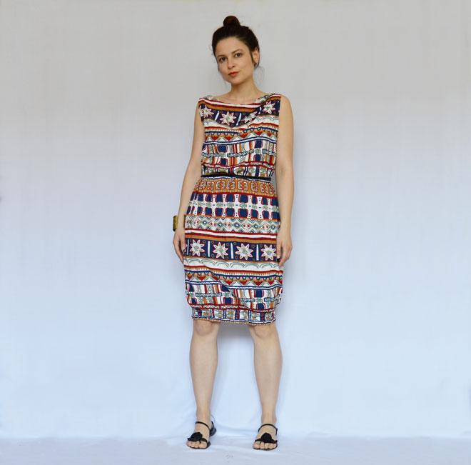 Šaty po kolená s indiánskym vzorom