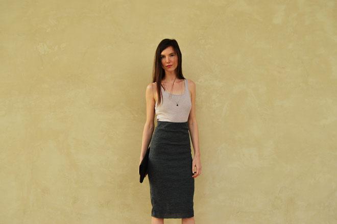 Úzka sivá sukňa pod kolená so zvýšeným pásom