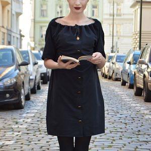 Černé šaty se zlatými knoflíky