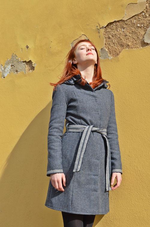 Modrý kabát vyrobený na zakázku od mladej návrhárky z Prahy