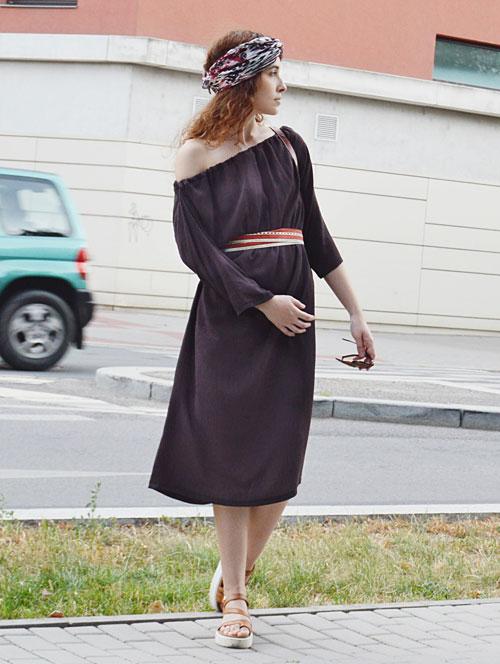 Hnedé multifunkčné šaty pod kolená oblečiete aj s odhaleným jedným ramenom
