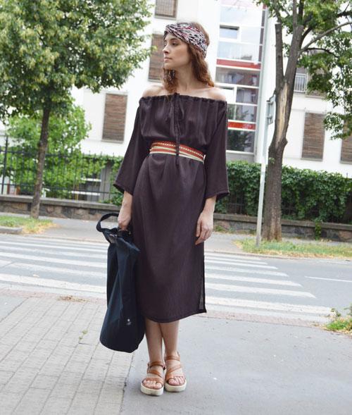 Hnedé variabilné šaty, ktoré sa okrem iných variácií dajú obliecť aj s odhalenými rukávmi.