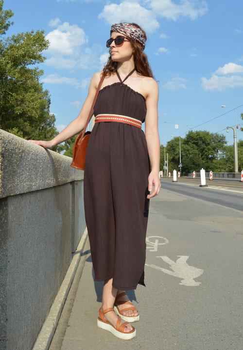 Hnedé multi šaty, ktoré sa dajú nosiť aj zaviazané za krkom. Pozrite si ďalšie spôsoby obliekania.