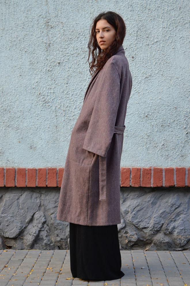 Slow fashion kabát vyrobený z recyklovanej látky v Českej republike