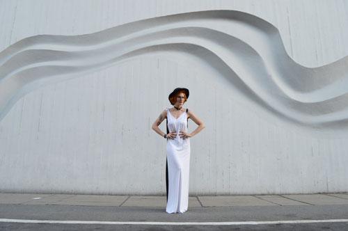 Čierno biele šaty, ktoré je možné obliecť na tri rôzne spôsoby.