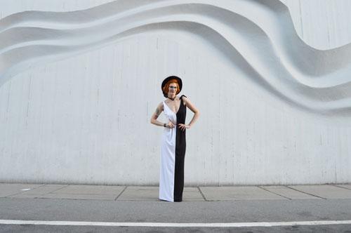 Černobílé šaty, které oblečety na různe spôsoby.