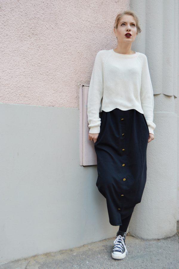 Čierna multifunkčná sukňa, ktorú oblečiete aj ako šaty.
