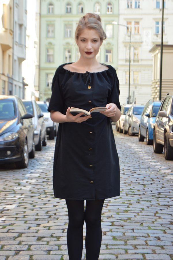 Čierne variabilné šaty so zlatými gombíkmi. Tieto šaty oblečiete aj ako sukňu.