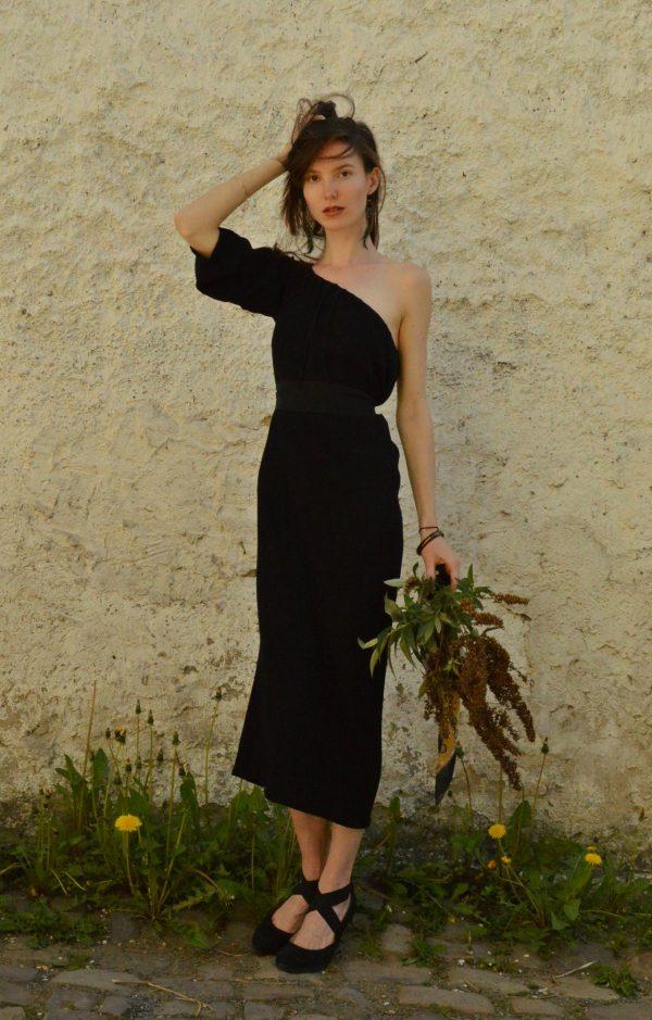 Čierne multifunkčné šaty s jedným rukávom, ktoré oblečiete aj ak šaty s trojštvrťovými rukávmi, šaty bez ramienok, šaty s viazaním za krkom a taktiež ako dlhú sukňu. To všetko od (česko) slovenskej návrhárky.