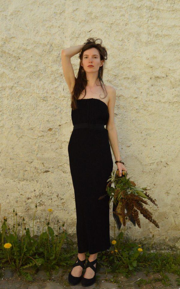 Dlhé čierne multifunkčné šaty od slovenskéj návrhárky. Šaty sú bez ramienok a dajú sa obliecť aj na mnoho ďalších spôsobov. Dokonca aj ako sukňa.