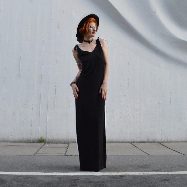 Čierne šaty, ktoré sú vzadu biele a dajú sa obliecť na rôzne spôsoby.