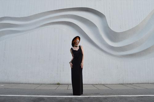 Vpredu čierne a vzadu biele šaty, ktoré môžete rôzne otáčať a tým pádom nosiť na rôzne spôsoby.