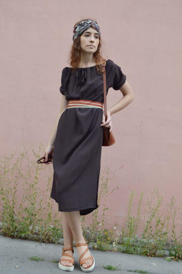 Hnedé multifunkčné šaty s krátkym vyrolovaným rukávom. Tieto šaty oblečiete na 8 spôsobov a taktiež ako sukňu.