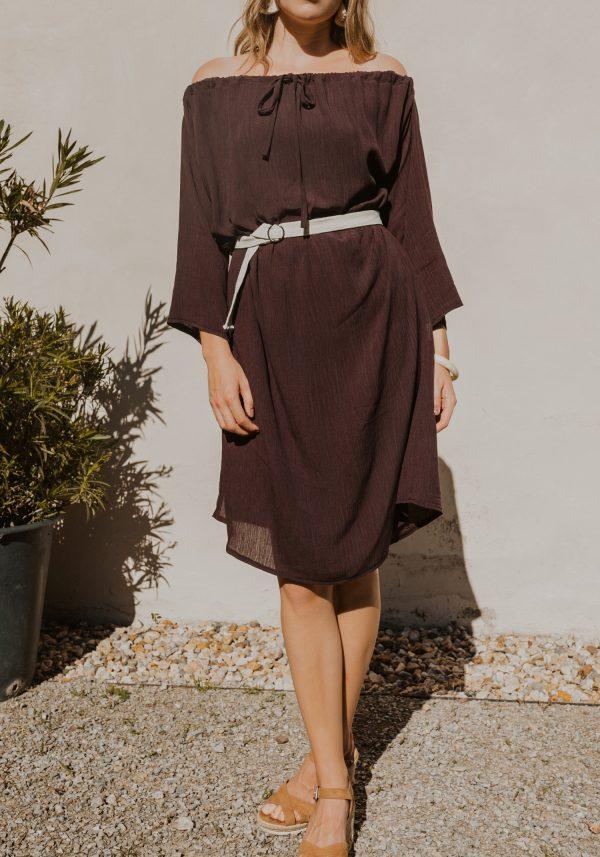 Hnedé variabilné šaty s rukávmi a odhalenými ramenami.