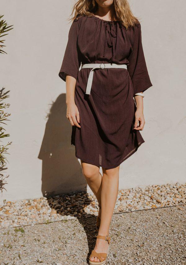 Hnědé šaty po kolená s tříčtvrtečním rukávem