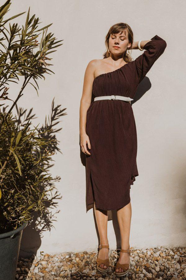 Letné šaty s jedným rukávom