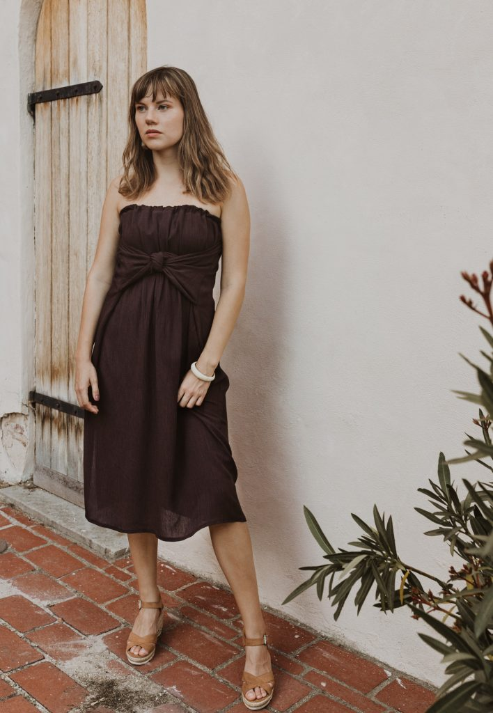 Hnědé slow fashion šaty bez ramínek a s mašlí vpředu