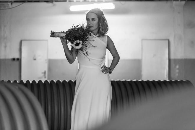Minimalistické svatební šaty od mladé módní návrhářky, Praha