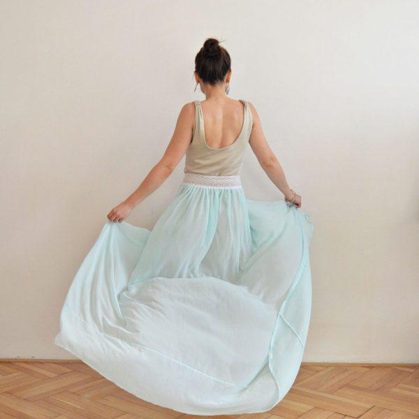 Nebesky modrá sukně s bílou krajkou