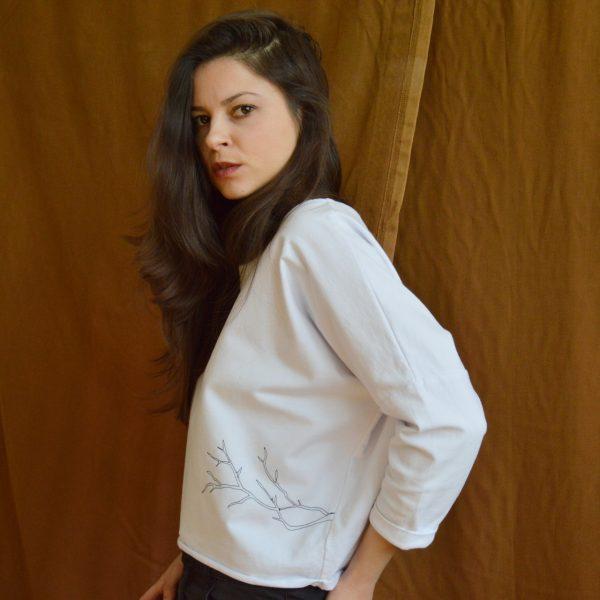 Krátky biely pulóver s troštvrťovými rukávmi