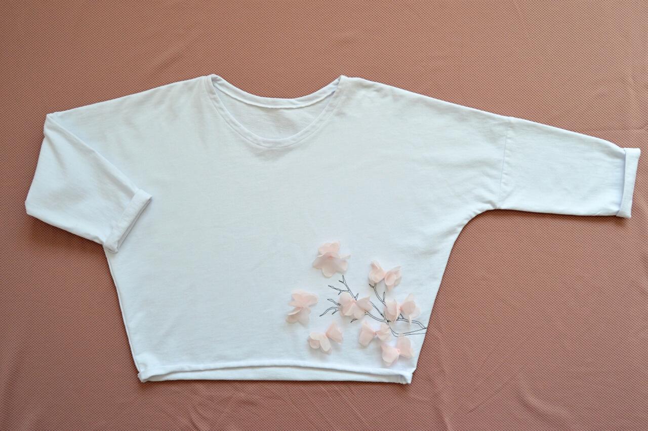 Bílé tričko s růžovými květy