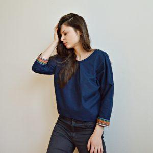 Lehká tmavě modrá slow fashion halenka