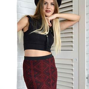 Bordová sukně s aztéckym vzorem.