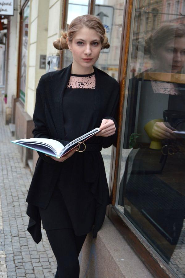 Rovné jednoduché černé šaty mírně do Áčka se starorůžovým detailem.