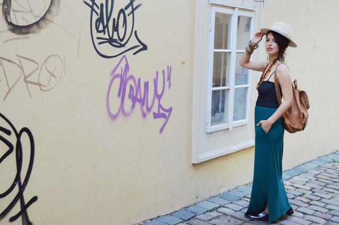 Multifunkční sukně, kterou lze obléci i jako šaty s rukávy, šaty bez rukávů a šaty s 1 rukávem.