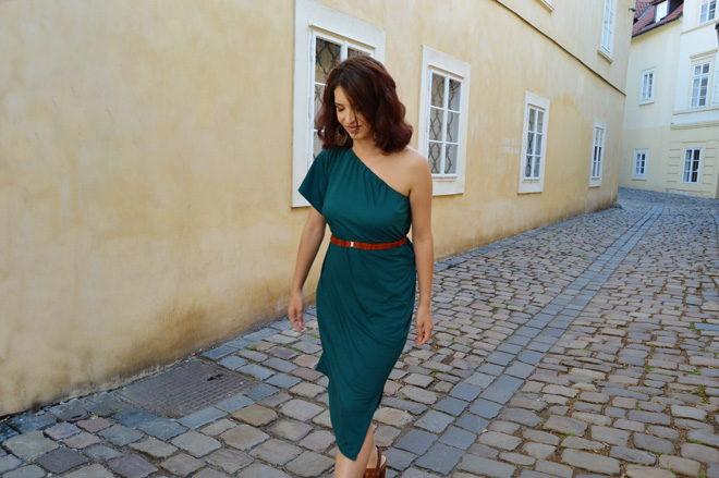 Elegantné smaragdové multifunkčné šaty do voza aj do koča. Od slovenskej módnej značky.