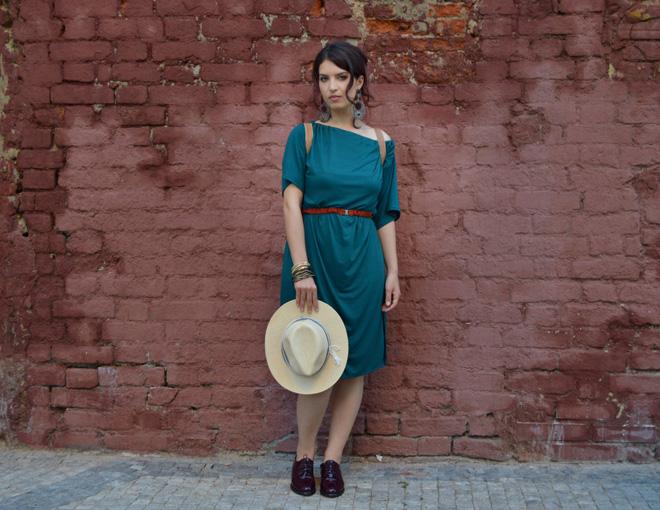 Variabilné šaty modrozelenej farby od mladej módnej značky.