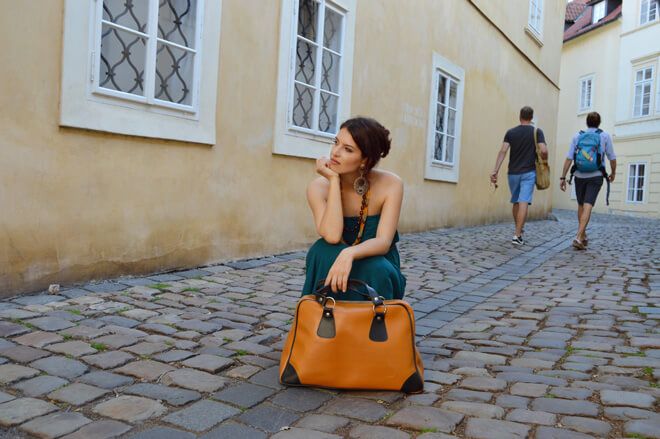 Zelené multifunkční šaty na cestování.
