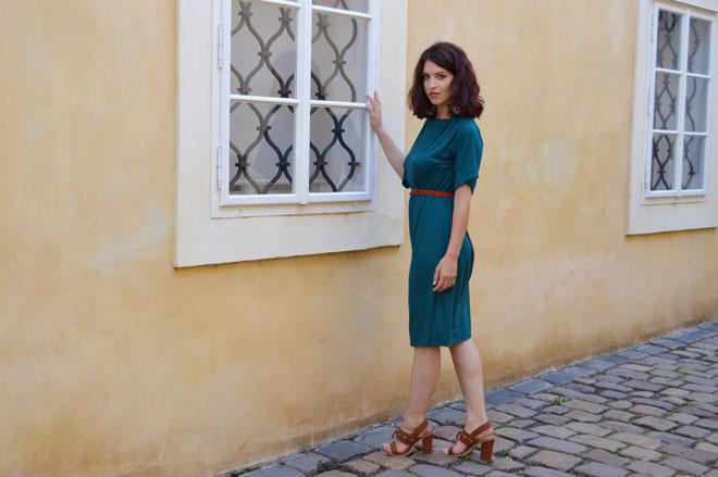 Multifunkční šaty s rukávy, délka pod kolena. Šaty oblečete taky jako šaty bez rukávů a šaty s jedným rukávem, navyše i jako dlouhou sukni.