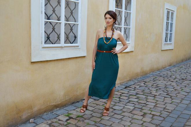 Tmavě zelené multifunkční šaty pod kolena bez ramínek.