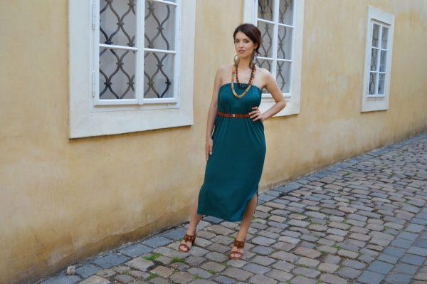 Tmavo zelené multifunkčné šaty pod kolená vo verzii bez ramienok.