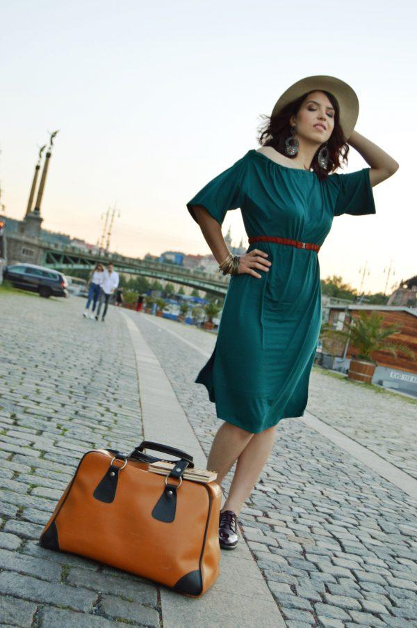 Zelené letné multifunkčné šaty, ktoré je možné obliecť na rôzne spôsoby a tiež ako sukňu.